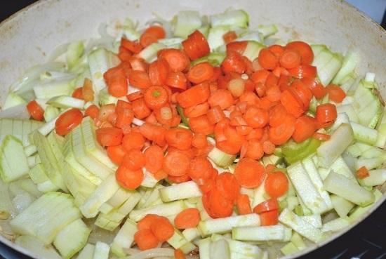 Отправляем морковь в сковороду