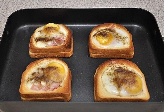 Запекаем бутерброды на протяжении 7-10 минут