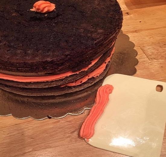 Для нанесения крема с целью выравнивания торта