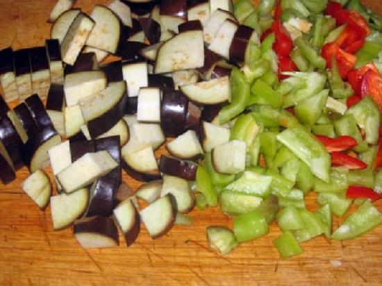 Картофелины и перцы болгарские чистим и шинкуем