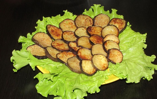 выкладываем жареные баклажаны поверх салатных листьев