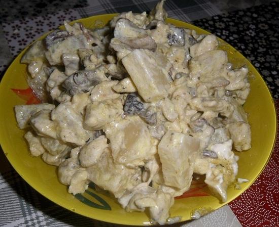 Салат с консервированными ананасами и курицей