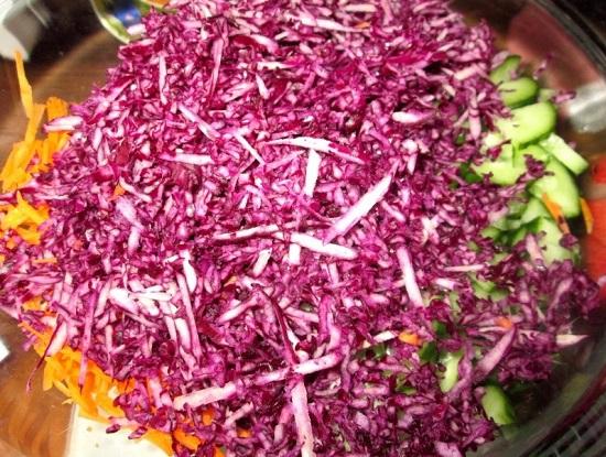 Выкладываем нашинкованную капусту в салатницу