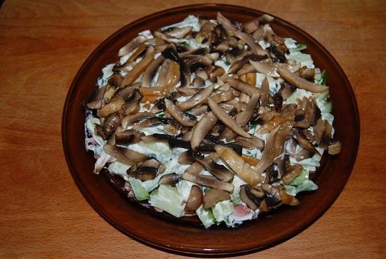 Третьим слоем выкладываем грибы
