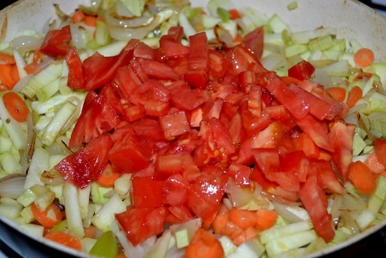 Выкладываем помидоры в сковороду