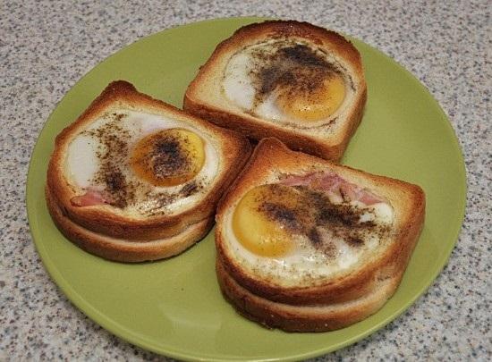 бутерброды с яйцом и колбасой или беконом