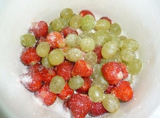 Посыплем ягоды сахарным песком