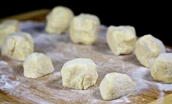 Вынимаем из морозилки тесто и делим его