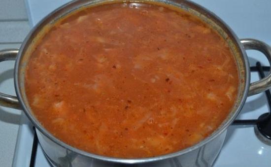 добавляем в кастрюлю соус, перемешиваем