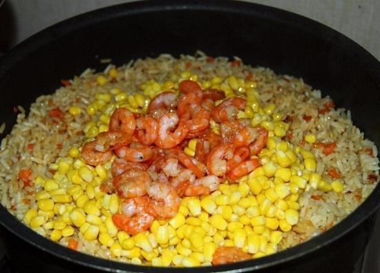 выкладываем консервированную десертную кукурузу и обжаренные креветки