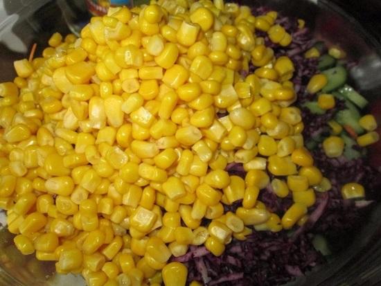 Выкладываем кукурузу в салатницу