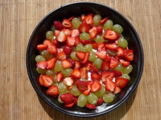 Когда корж остынет, распределим по его поверхности ягоды