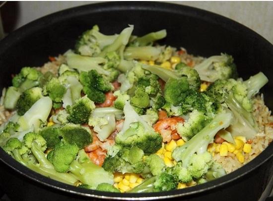 Добавляем бланшированную капусту брокколи