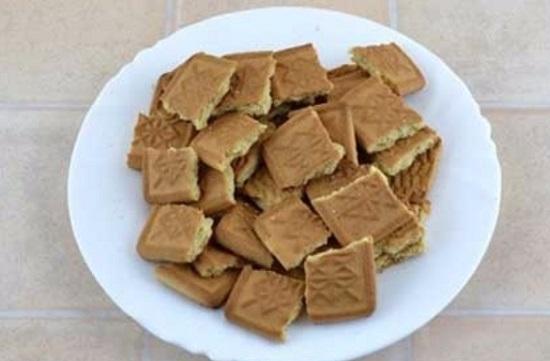 Печенье ломаем крупными кусочками
