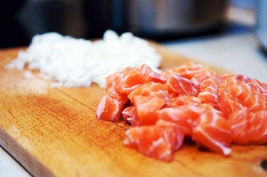 нарежем порционными кусочками филе семги