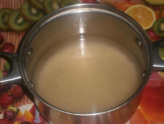 насыпаем вермишель-паутинку и заливаем горячей кипяченой водой