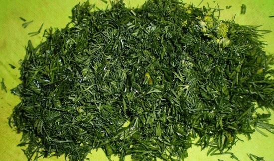 Свежую зелень измельчим и смешаем с сушеной