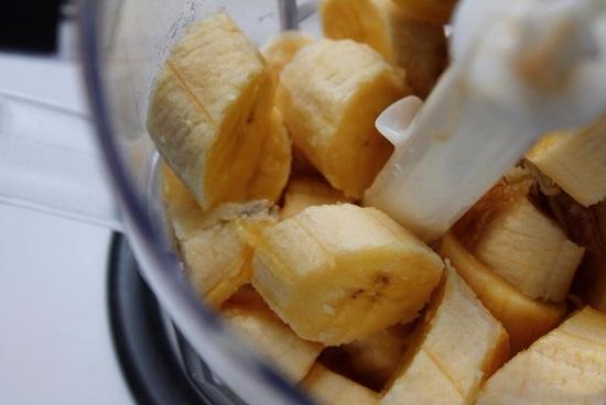 В контейнер блендера выкладываем банановую мякоть