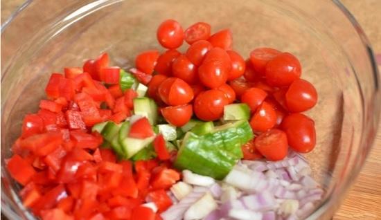 Выложим все овощи в салатницу