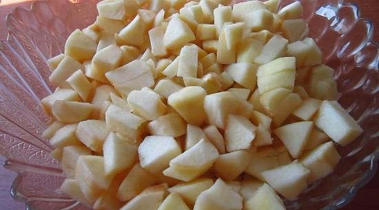 Яблочную мякоть режем небольшими кубиками