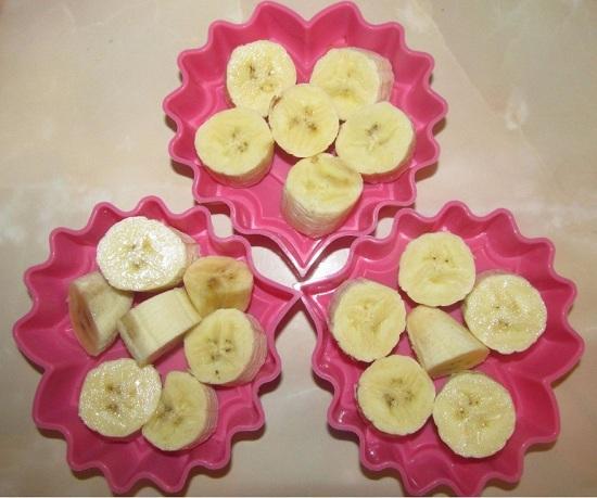 раскладываем в них измельченные бананы