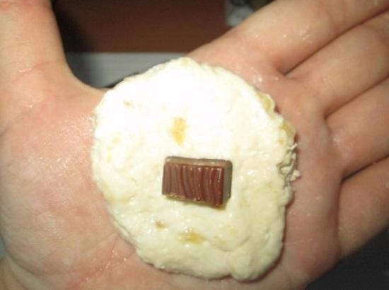 Посередине лепешки выкладываем кусочек шоколада