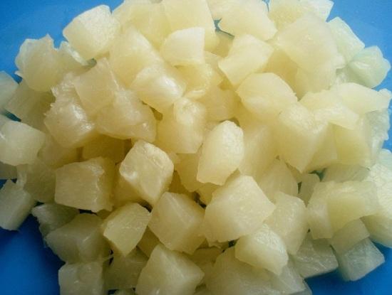 Консервированные ананасы выкладываем в дуршлаг