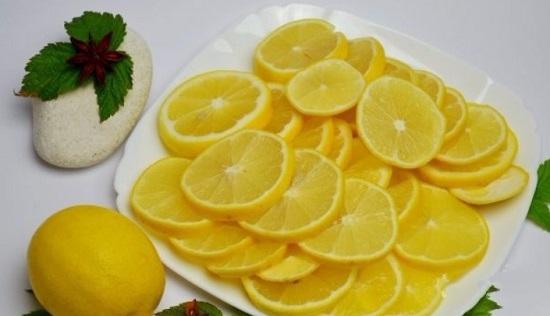Лимоны, не очищая, нарежем