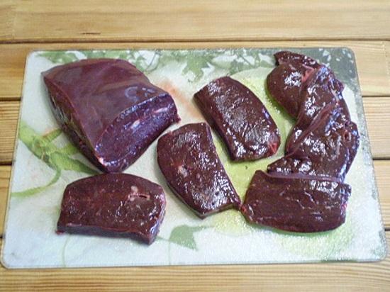 Нарезаем печень кусочками толщиной около 0,6 мм