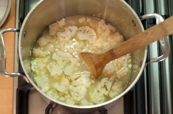 выложим к овощам капусту и добавим бульон