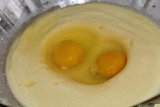 Добавляем в эту жидкую массу куриные яйца