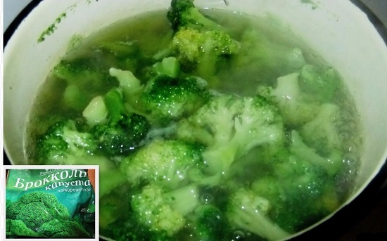 Опускаем брокколи в хорошо кипящую воду