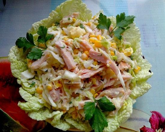 Салат с копченым окорочком и кукурузой