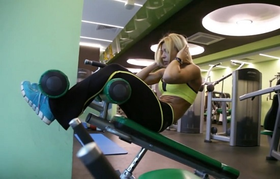 упражнение нужно выполнять на наклонной скамье