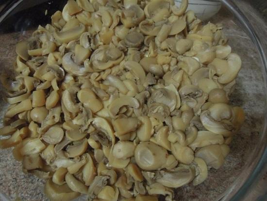 распределяем слой маринованных грибов