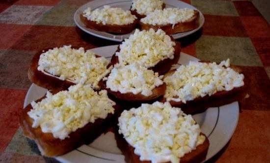 Бутерброды с яйцами и чесночком