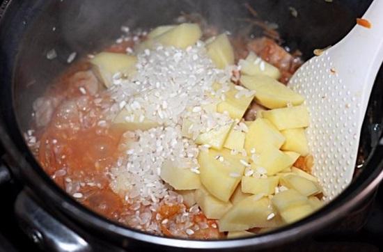 выкладываем в кастрюлю картофелины и рис