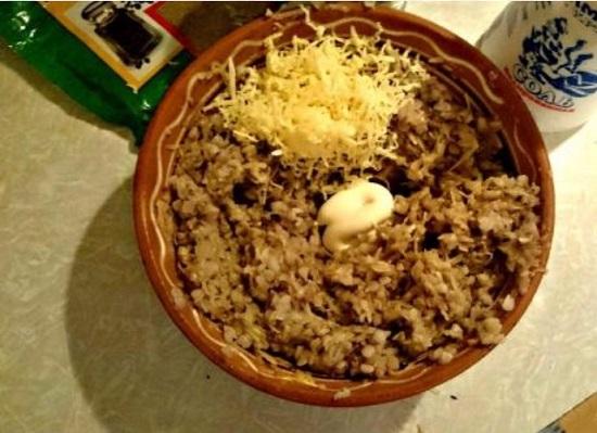 Сыр натираем и добавляем в гречневый фарш