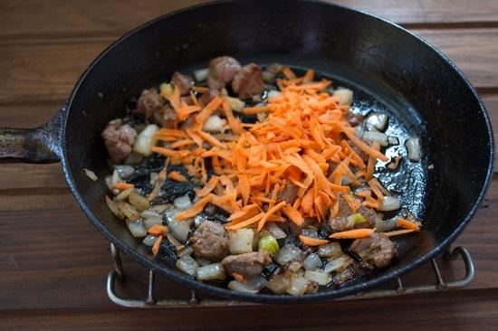 добавляем в сковороду тертую морковь и томим все вместе