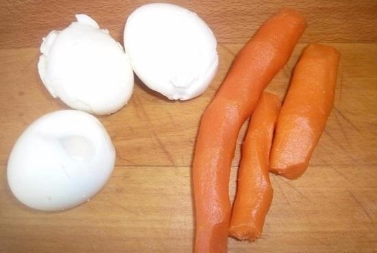 Морковь тоже отвариваем и счищаем кожуру