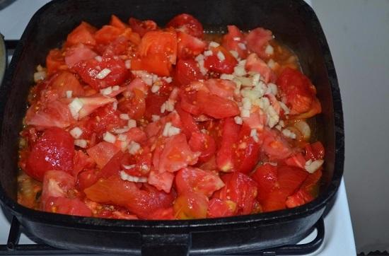Затем добавляем измельченные томаты и чеснок