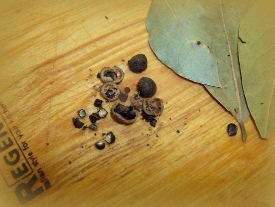 Сразу добавляем в кастрюлю лавровые листья