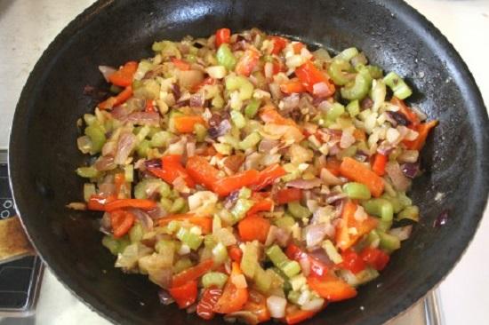 В конце тушения добавим в сковороду измельченный шпинат