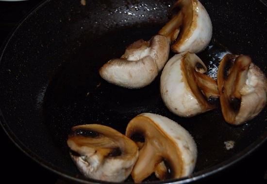 Обжариваем грибы по паре минут с каждой стороны