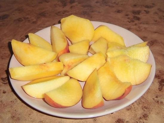 Нарежем персики дольками