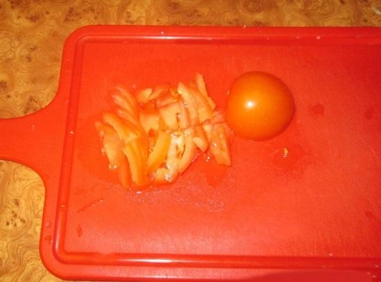 Измельчим помидоры кубиками