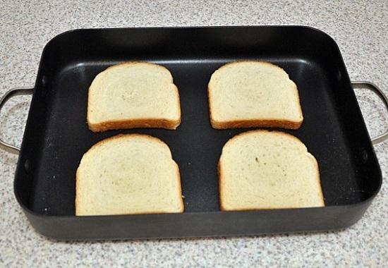 выложим в него четыре кусочка хлеба