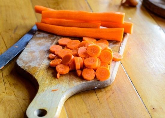 Морковь и чесночные зубчики чистим и измельчаем