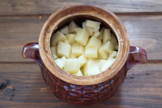 выложим нарезанные кубиками картофелины