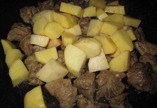 Добавим корнеплоды к мясу